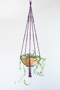 Suspension en macramé violet