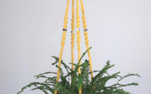 suspension en macramé jaune